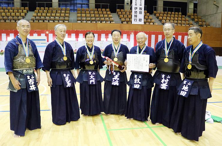 ねんりんピックの剣道で優勝した富山県Aのメンバー