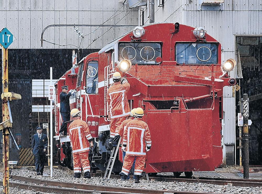 冬の到来に備えて、ラッセル車を点検する作業員=金沢市の金沢総合車両所
