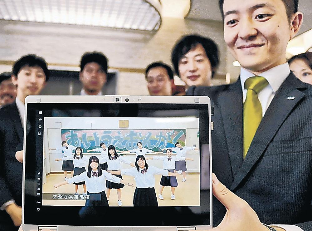 完成した動画「あいうえおんがく」を披露する加賀JCメンバー=加賀市役所