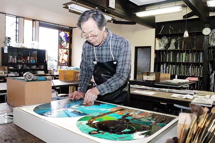 ジブリのキャラクターをモチーフにしたガラスのオブジェを制作する花木さん=富山市古沢の工房