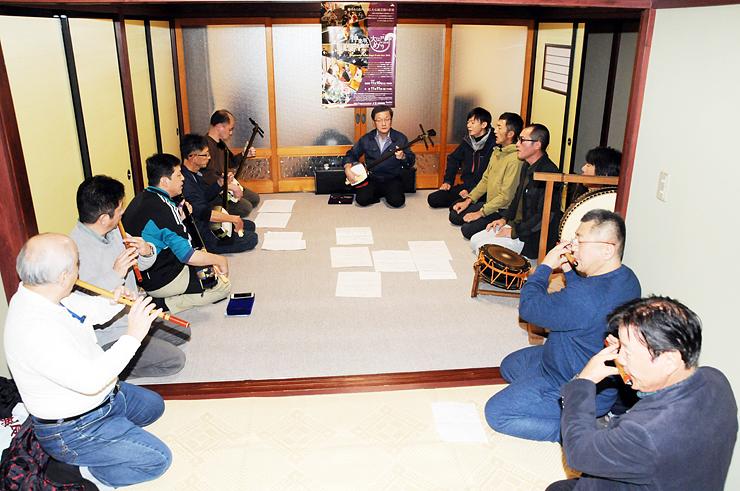 神楽坂のイベントに向け庵唄の練習に励む宝槌会のメンバー