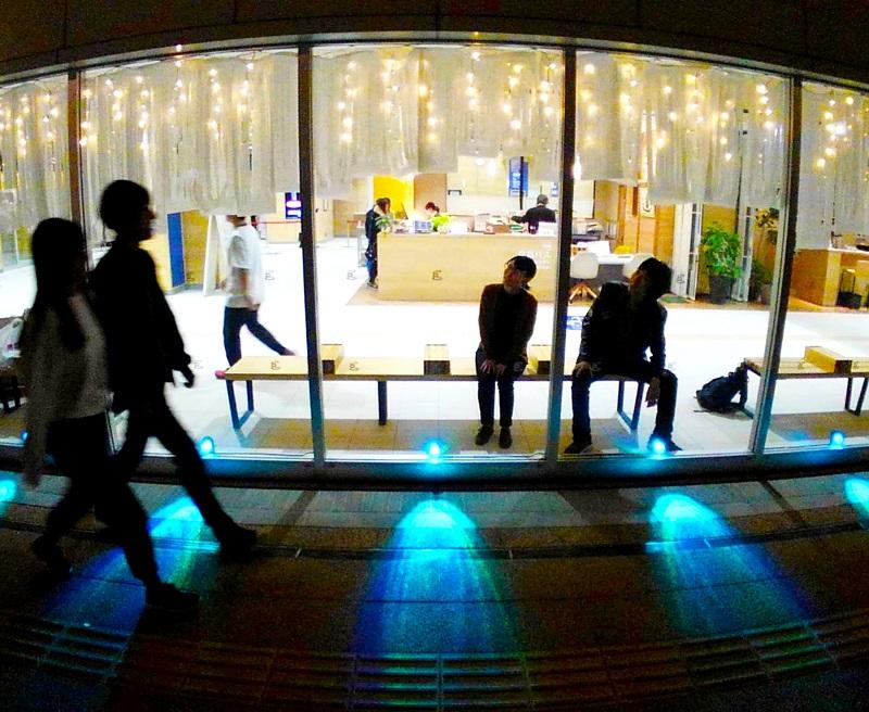 えちぜん鉄道福井駅舎に登場した光のカーテンと青色のスポットライト=11月7日夜、福井県福井市中央1丁目