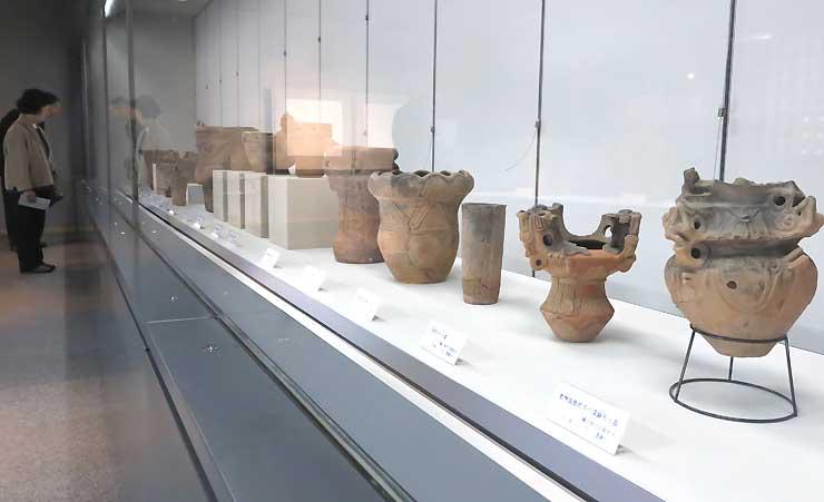 県宝指定の特色ある形状の縄文土器が並ぶ企画展