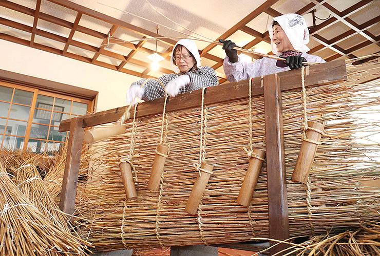 ススキをわら縄で編んで作られたオオダレ=相倉合掌造り集落
