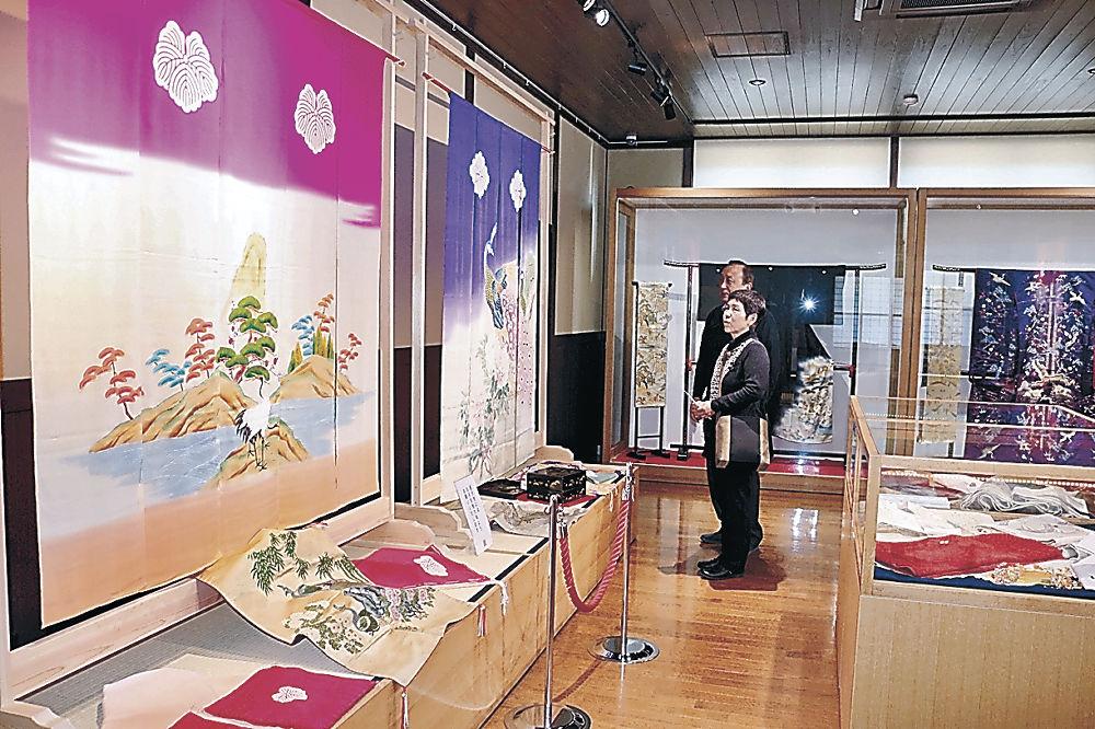 展示されたのれんを眺める来館者=七尾市の花嫁のれん館