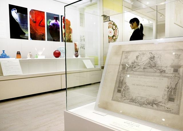 19世紀のパリ万博で越前和紙が受賞した賞状なども並ぶ=福井県福井市の県立こども歴史文化館