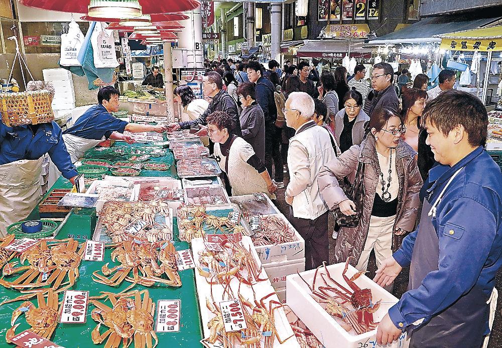 カニを買い求める客でにぎわう鮮魚店=金沢市の近江町市場