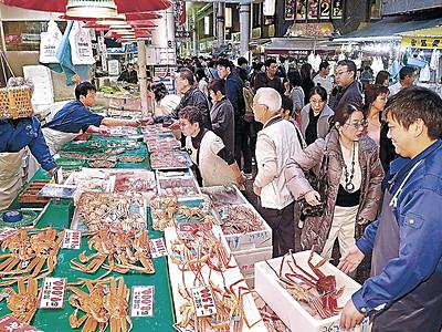 カニ品定め、にぎわう 近江町市場、解禁後初の週末
