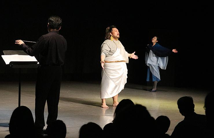 オペラ「北風と太陽」で歌声を披露する小林さん(中央)と横内さん(右)=富山市民芸術創造センター