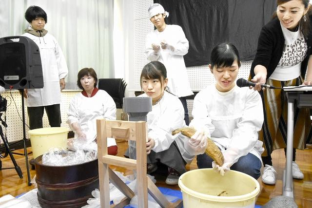 自分の漬けたへしこをたるから上げる学生=11月10日、福井県若狭町みさき漁村体験施設「みさきち」