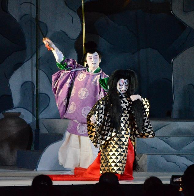 児童が心のこもった演技で観衆を魅了した「まるおか子供歌舞伎」=11月10日、福井県坂井市磯部小旧体育館
