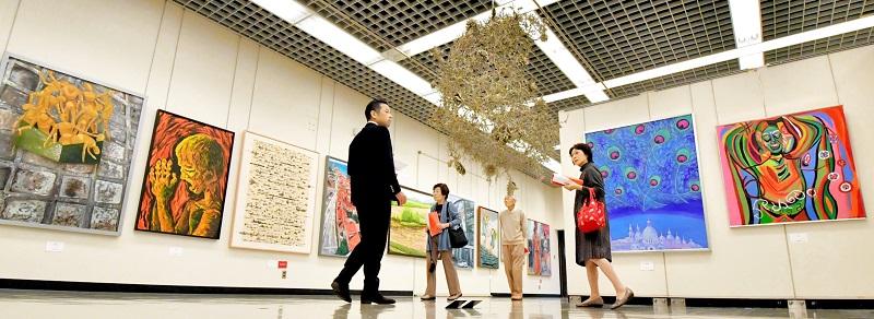 エネルギーと創意に満ちた作品が並んだ福井県総合美術展=11月9日、福井市の県立美術館
