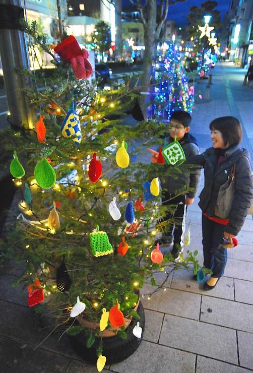 手作りの飾りを付けたクリスマスツリー