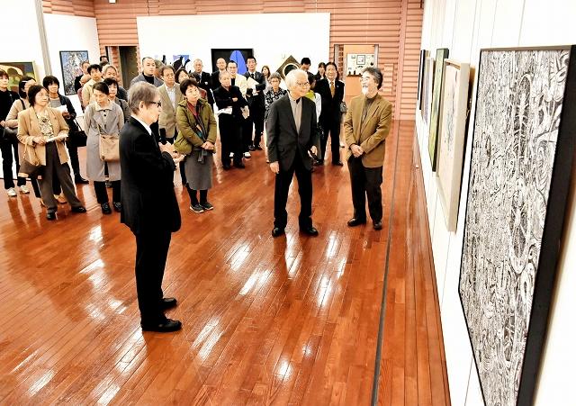 開幕した美浜美術展で行われた、審査員の大沼映夫さん(手前)によるギャラリートーク=11月13日、福井県の美浜町生涯学習センターなびあす