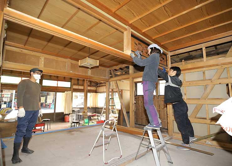 ゲストハウスの来春開業を目指して改装作業が進む建物