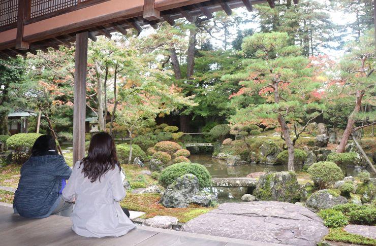 16日からライトアップされる北方文化博物館の庭園=14日、新潟市江南区