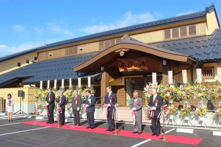 上越妙高駅近くにオープンした「釜ぶたの湯」のオープニングセレモニー=15日、上越市