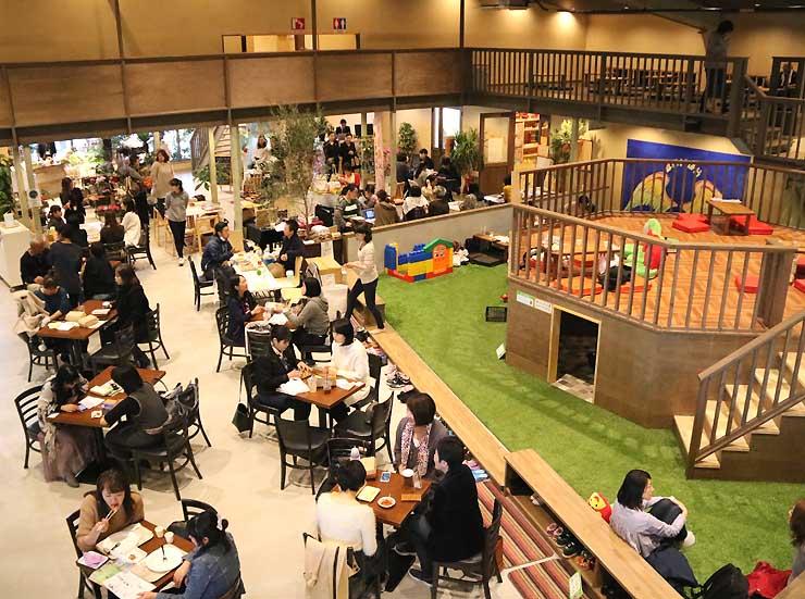 オープンした「川中島Hiroba」。飲食店などのほか、子どもが遊べるスペースがある