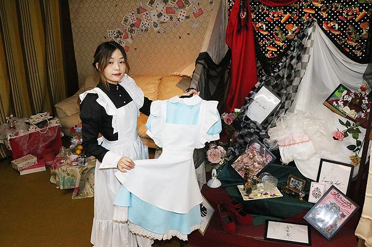 不思議の国のアリスをイメージした撮影スポットを紹介するMiyaBさん=北日本新聞小矢部西部販売店
