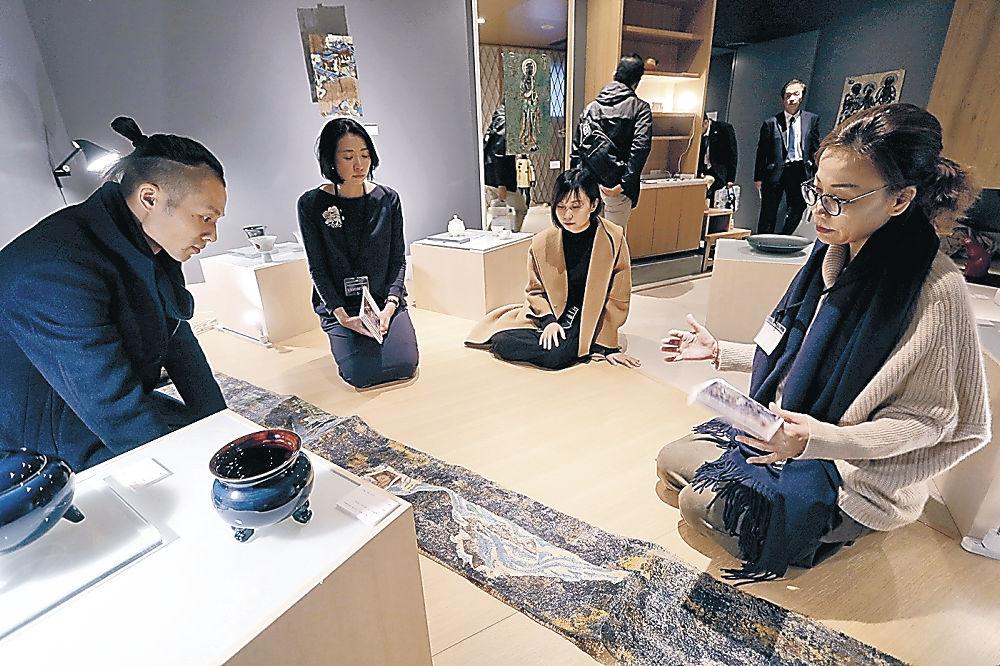 出展作家やギャラリストと交流を楽しむ来場者=金沢市上堤町のホテル「KUMU金沢」