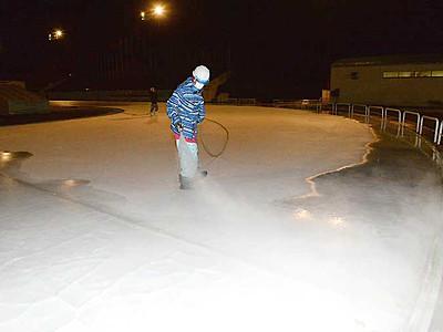 スケートシーズン、製氷急ぐ 岡谷と茅野のセンター