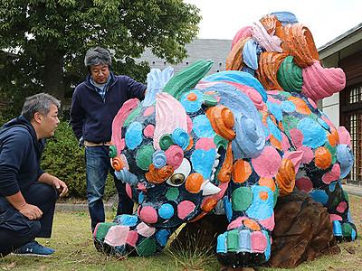 メルヘン獅子に変身 井波、老朽化彫刻を活用