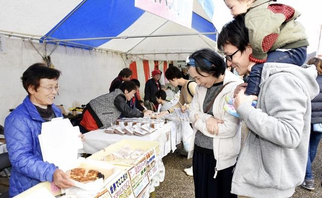地元のグルメなどが並ぶ「越前市まるごと食の感謝祭」=11月17日、福井県の越前市武生中央公園
