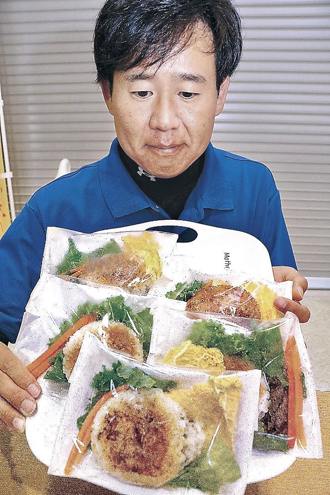 試験販売したライスバーガーを紹介する土本さん=中能登町の道の駅「織姫の里なかのと」