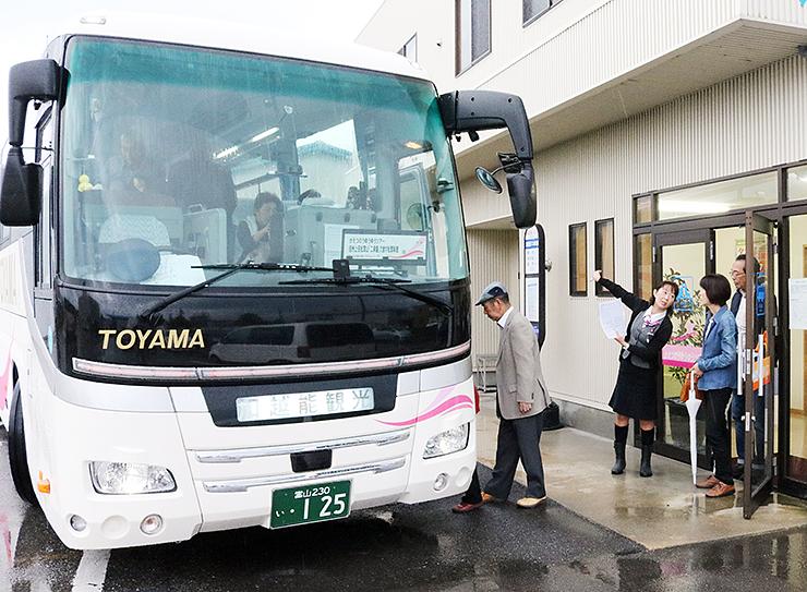 日帰りバスツアーに出発する参加者=高岡市江尻の加越能バス