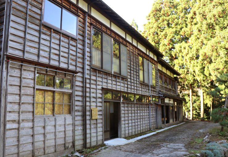 登録有形文化財とするよう答申された島道鉱泉=16日、糸魚川市島道