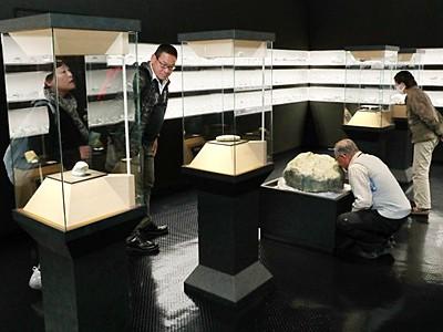 ヒスイに歴史を感じ 大珠、勾玉など展示 糸魚川