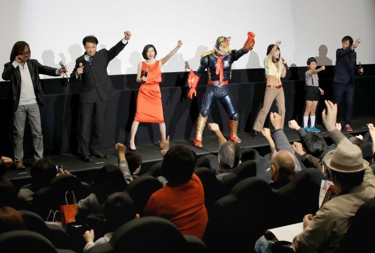 T・ジョイ長岡での上映後、舞台あいさつに登場したトチオンガーセブン(右から4人目)、小川麻琴さん(同3人目)、橋本一監督(右端)ら=18日、長岡市