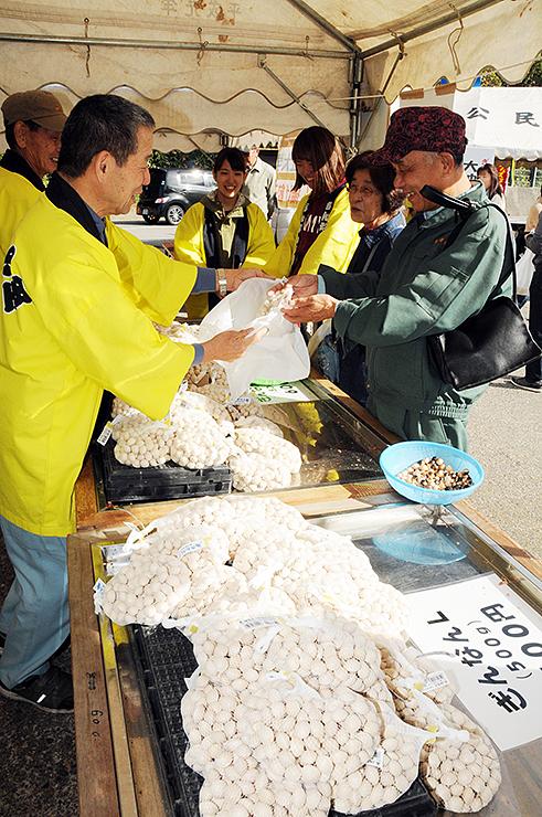 大粒のギンナンを買い求める人たち