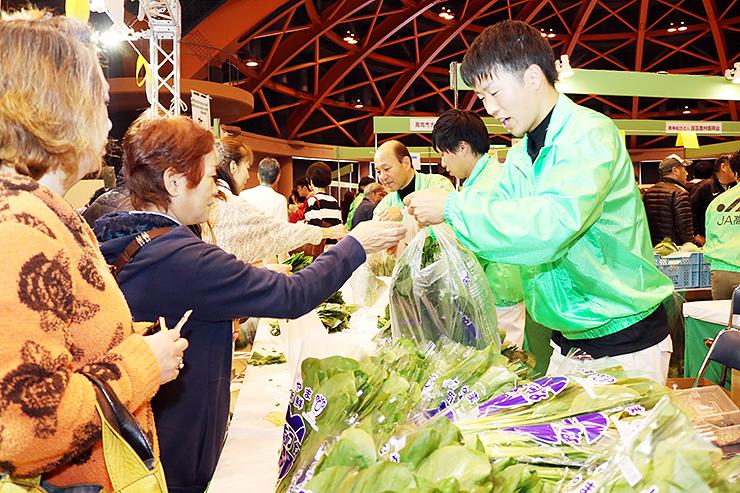 高岡市内で作られたホウレンソウや県内産のコマツナなど新鮮な野菜が並ぶ会場=高岡テクノドーム