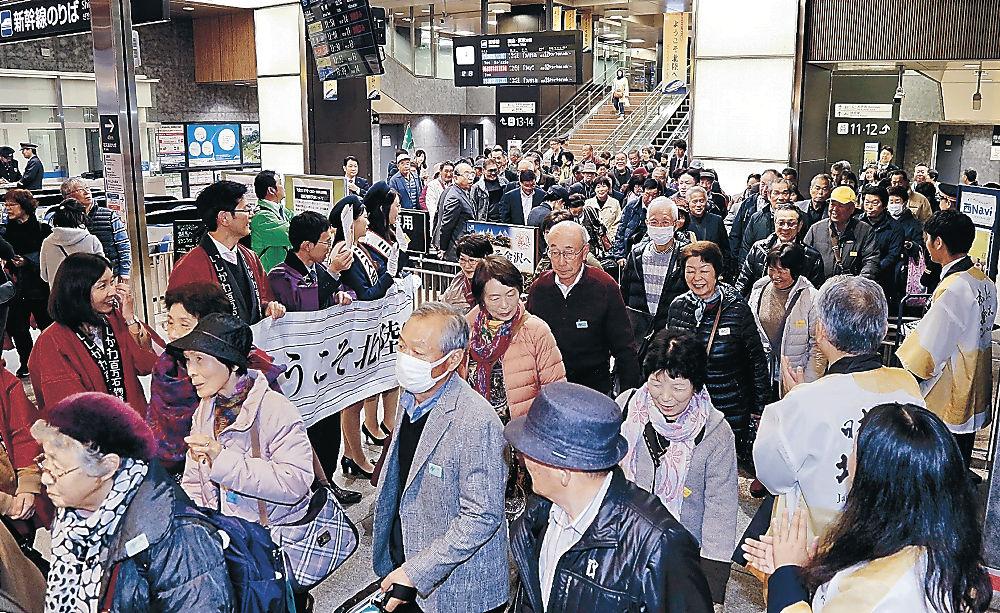 福島からの直通新幹線から降り立った旅行客=金沢駅