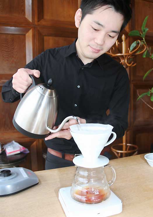 世界大会で使用した豆でコーヒーを入れる上山さん