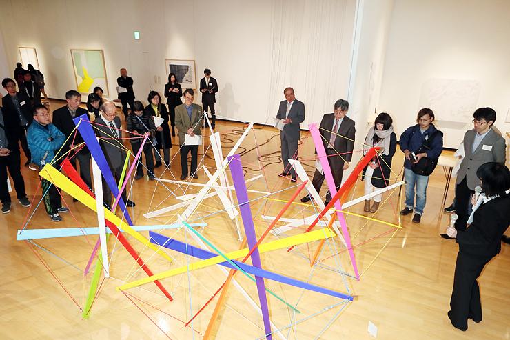 多彩な表現を試みた作品が並んだ「公募2016アートハウスおやべ現代造形展」=2017年3月