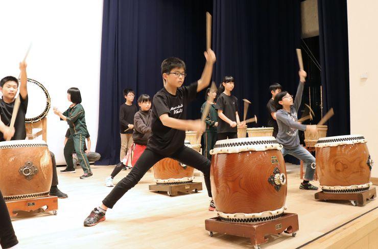 万代太鼓創設50周年記念の舞台に向け、練習に励む子どもたち=新潟市東区の東区プラザ