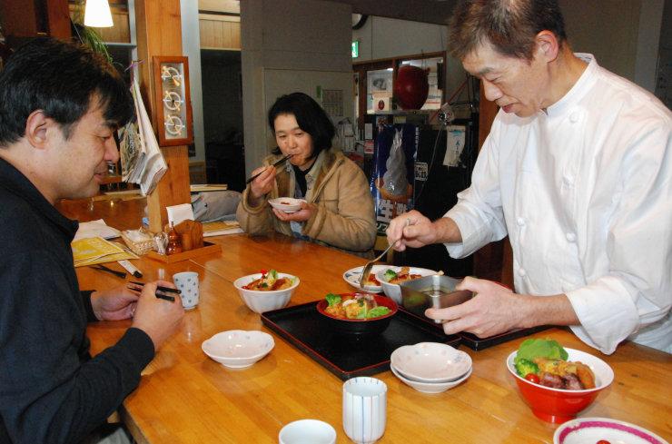 スペシャル丼の試食会に集まった「あさしな亭」の小泉代表(右)ら関係者