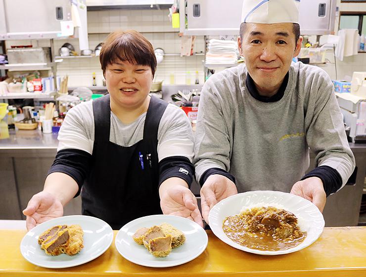 上野さん(右)が考案したジビエ料理