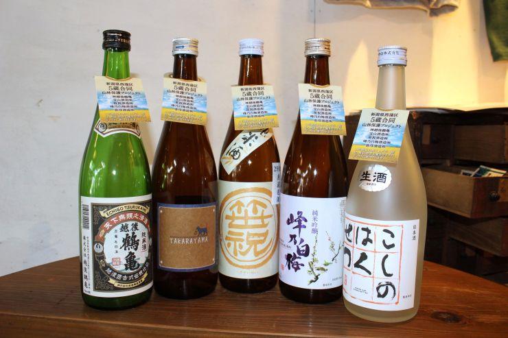 環境保全を呼び掛ける首掛けを付けた5つの蔵の酒=新潟市西蒲区