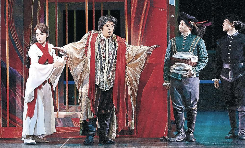 迫力の歌声を響かせるリゴレット役の青山さん(左から2人目)=金沢市の金沢歌劇座