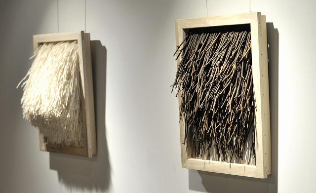 木の枝や紙ひも、結束バンドなどさまざまな素材感が楽しめる平面作品「HASABA」=福井県大野市のCOCONOアートプレイス
