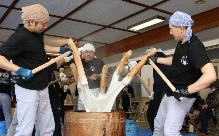 保存会のメンバーが息の合った動きを見せた「東山五人杵搗き餅」=25日、小千谷市南荷頃