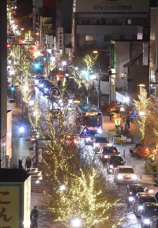 街路樹がイルミネーションで彩られた中央通り=24日午後5時46分、長野市新田町