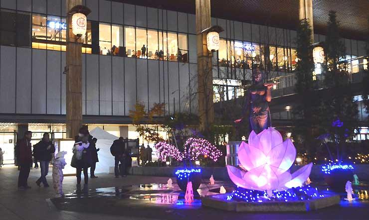 長野駅善光寺口の如是姫像のライトアップ。ハスのオブジェも光り、幻想的な雰囲気を演出している