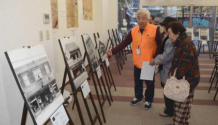 トイーゴ内の長野市ガイド協会の交流サロン。通り沿いにある明治時代以前に創業した老舗を写真で紹介している
