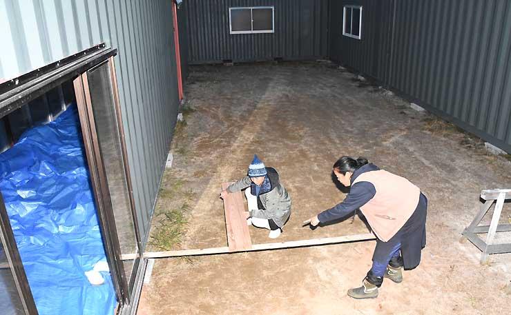 稽古場の構想を練る藍羽さん(左)と鈴木さん。コンテナに囲まれた部分を板張りにする