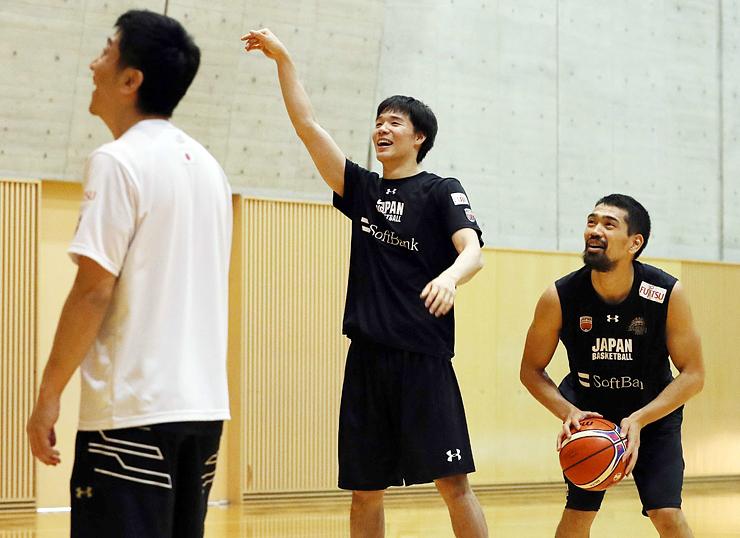 シュート練習で笑顔を見せる馬場(中央)=富山市総合体育館