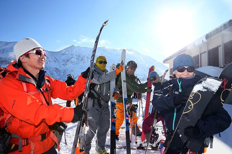 白銀の立山をバックに笑顔を見せるスキー・スノーボード客=雷鳥荘前